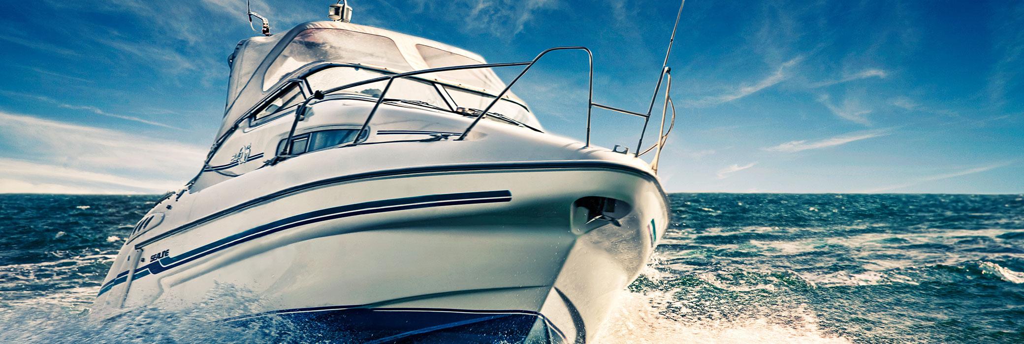 Ein Motorboot, das über das Wasser fährt